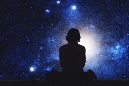 biela-magia-zena-modra-svetlo-univerzum-upr